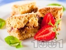 Рецепта Вкусен маслен сладкиш без мляко със сладко от ягоди